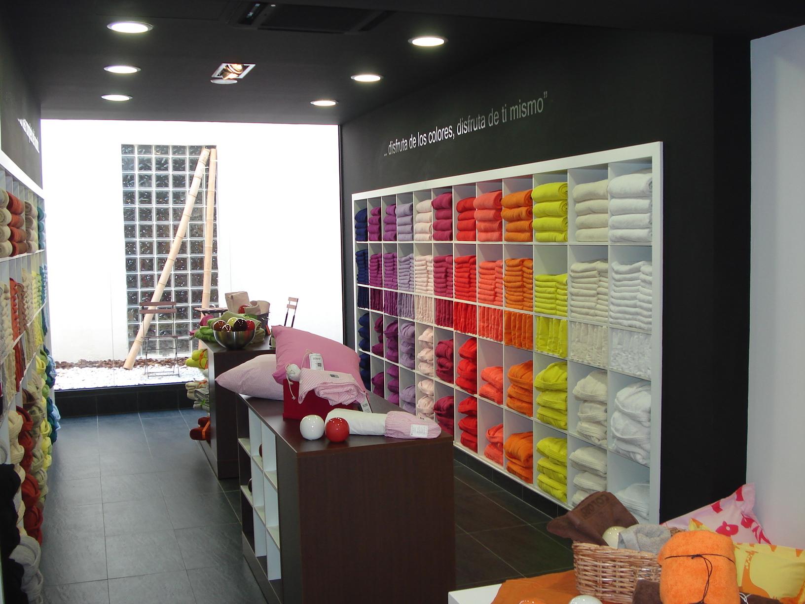 Decoraci n de tiendas morfus mobiliario comercial for Decoracion de estanterias